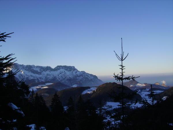 Die Ferienwohnung liegt auf dem Thannkogel - im Hintergrund der Untersberg